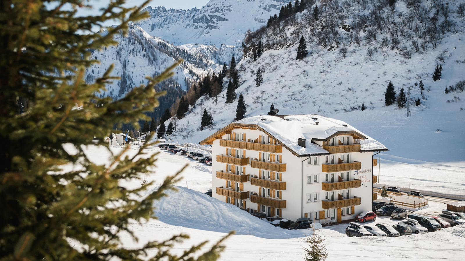 Unser Apparthotel am Passo Campolongo im Winter